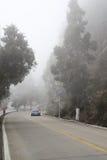 Conducción de automóviles en niebla pesada Fotografía de archivo libre de regalías