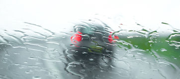 Conducción de automóviles en tiempo mojado y ventoso imagen de archivo