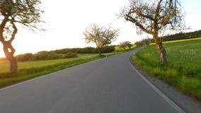 Conducción de automóviles en tiempo de primavera en campo rural metrajes
