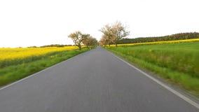 Conducción de automóviles en tiempo de primavera en campo rural almacen de metraje de vídeo