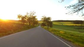 Conducción de automóviles en tiempo de primavera en campo rural almacen de video