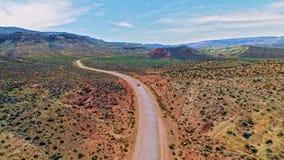 Conducción de automóviles en un camino de tierra a través del desierto seco de Arizona metrajes