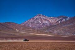 Conducción de automóviles en un camino de tierra en Siloli, Bolivia fotografía de archivo libre de regalías