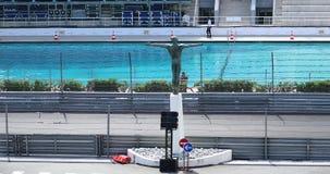 Conducción de automóviles de F1 Grand Prix muy rápidamente en GP 2018 de Mónaco metrajes