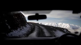 Conducción de automóviles interior encima de la ladera Nevado metrajes