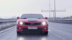 Conducción de automóviles juguetona roja hacia cámara en la autopista almacen de metraje de vídeo