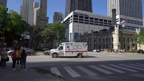 Conducción de automóviles de la ambulancia del cuerpo de bomberos de Chicago por - CHICAGO ESTADOS UNIDOS - 11 DE JUNIO DE 2019 almacen de metraje de vídeo