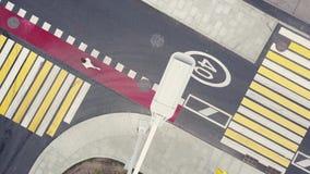 Conducción de automóviles a la derecha en los cruces y la muchacha en el funcionamiento en marcas rojas de la bici almacen de video