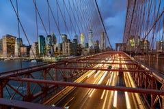 Conducción de automóviles a lo largo de puente colgante del puente de Brooklyn en Nueva York Foto de archivo libre de regalías