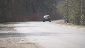 Conducción de automóviles de Mazda cx-9 en un camino forestal almacen de metraje de vídeo