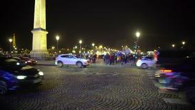 Conducción de automóviles por el obelisco de Luxor en París, torre Eiffel que chispea en la noche metrajes