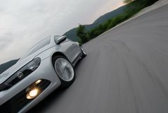 Conducción de automóviles rápidamente Imagenes de archivo
