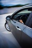 Conducción de automóviles rápidamente. Fotos de archivo