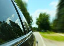 Conducción de automóviles rápidamente a través del camino forestal - apresure el concepto Fotos de archivo libres de regalías