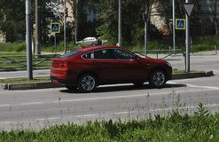 Conducción de automóviles roja hermosa en el camino fotos de archivo