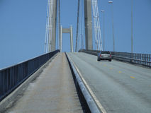 Conducción de automóviles sobre un puente grande Foto de archivo
