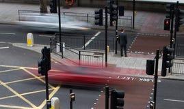 Conducción de automóviles a través de paso de peatones imágenes de archivo libres de regalías