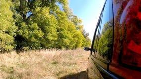 Conducción de automóviles a través del campo La cámara se deja afuera metrajes