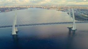 Conducción de automóviles urbana del paisaje en puente colgante sobre el edificio del río y de la ciudad almacen de video