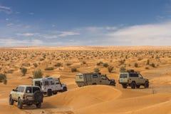 conducción de automóviles 4x4 a través de desierto Imágenes de archivo libres de regalías