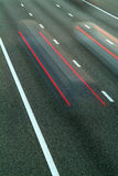 Conducción de dos automóviles cerca en una autopista sin peaje Imagen de archivo