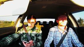 Conducción de dos mangos rápidamente en el coche, sol, velocidad almacen de metraje de vídeo