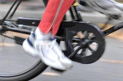Conducción de la bicicleta imagenes de archivo