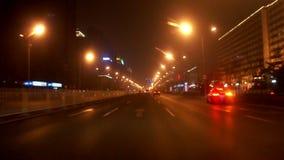 Conducción de la calle en la noche de Pekín, China almacen de video
