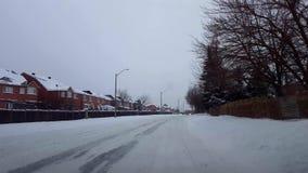 Conducción de la calle nevosa desigual en día Invierno del pov del punto de vista del conductor que conduce mientras que nieva en metrajes