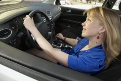 Conducción de la señora con sonrisa fotos de archivo