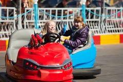 Conducción de las adolescencias coches de parachoques Imagenes de archivo