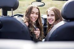 Conducción de las mujeres jovenes Amigos adolescentes que conducen un coche Fotografía de archivo libre de regalías
