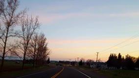 Conducción de tierras de labrantío rurales por la mañana El punto de vista pov del conductor conduce amanecer escénico del paisaj almacen de video