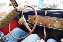 Conducción de un coche del vintage Fotos de archivo libres de regalías
