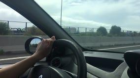 Conducción de un coche en un camino almacen de metraje de vídeo