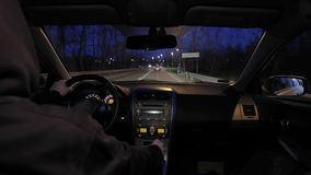 Conducción de un coche en la noche almacen de metraje de vídeo