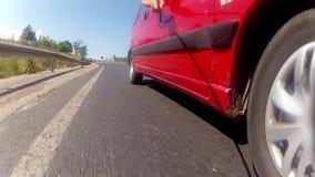 Conducción de un coche en un camino de la carretera metrajes