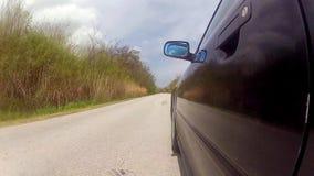 Conducción de un coche en una carretera nacional metrajes