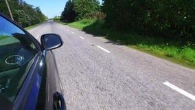 Conducción de un coche negro POV Lado derecho Carretera nacional, árboles en el lado Cantidad de Steadicam almacen de video