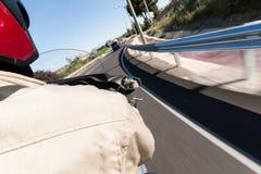 Conducción de una motocicleta Imágenes de archivo libres de regalías