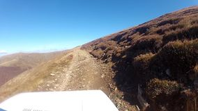 Conducción de vehículo campo a través en una montaña metrajes