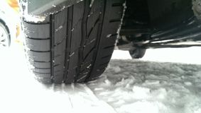 Conducción de vehículo en nieve del invierno Fotos de archivo