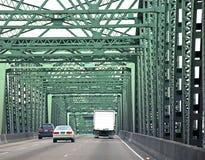 Conducción de vehículos a través del puente Imágenes de archivo libres de regalías