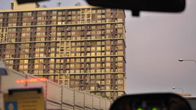 Conducción del coche alrededor de ciudad en final soleado de un día La visión desde el coche metrajes