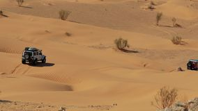 Conducción del coche campo a través en el desierto del Sáhara almacen de metraje de vídeo