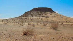 Conducción del coche campo a través en el desierto del Sáhara almacen de video