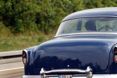 Conducción del coche de la vendimia Imagenes de archivo