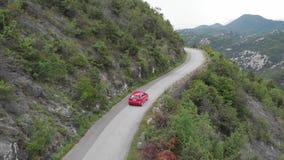 Conducción del coche en el camino a la montaña Camino hermoso de la monta?a del verano almacen de video