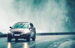 Conducción del coche en fuertes lluvias fotos de archivo libres de regalías