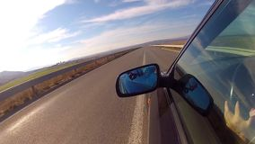 Conducción del coche en la autopista almacen de metraje de vídeo
